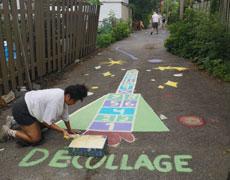 Des jeux et de la peinture au sol dans les ruelles vertes du quartier